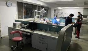 市口腔医院儿童口腔1科医生加班救治牙外伤患儿