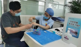 暖心瞬间:市口腔医院牙体牙髓病2科护士长为实习学生缝扣子